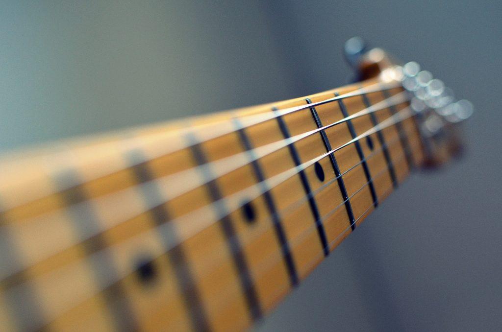 العزف على الجيتار
