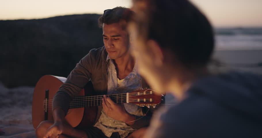 عزف الأغاني على الجيتار